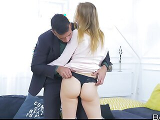 Whore wants the guy close to stick his dick earn her ass