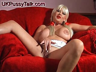Mart Karen Kay loves playing with her acquisitive cunt on the couch